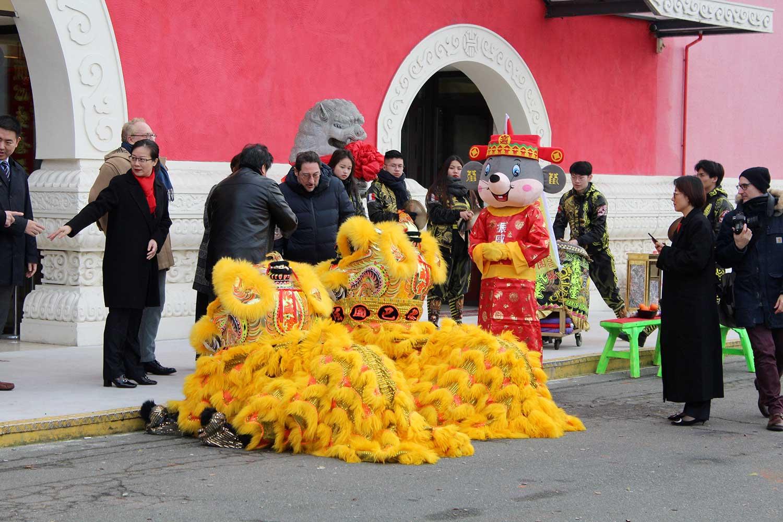 Les danseurs prennent place dans les costumes