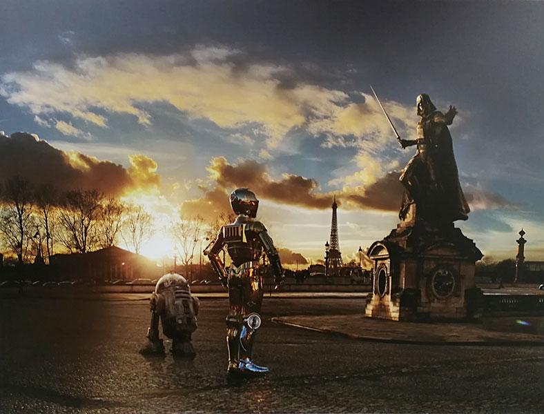 R2D2 et C3P0 devant la statue de Dark Vador